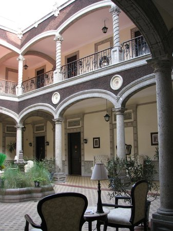 Hotel Morales Historical & Colonial Downtown Core: inside courtyard