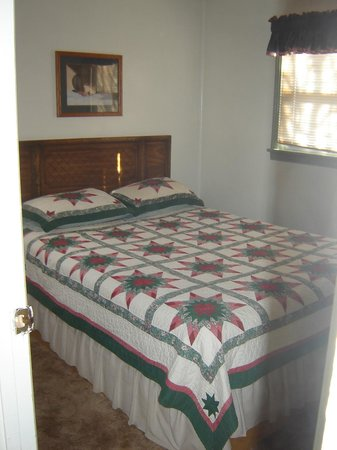 Sierra Gateway Cottages: One of the bedroom in our two bedroom cottages