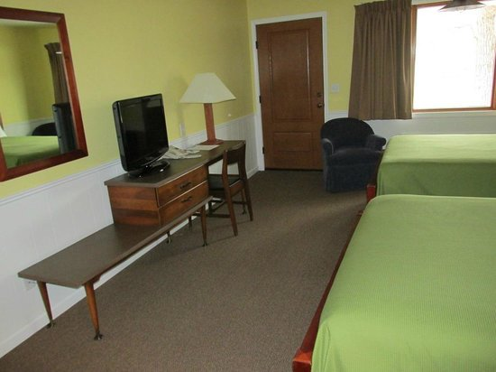 Keuka Lakeside Inn: Double Room Desk/Entrance
