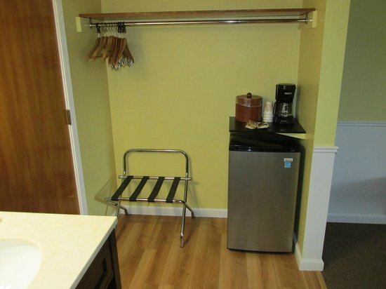 Keuka Lakeside Inn: Rifrigerator & Coffee Area