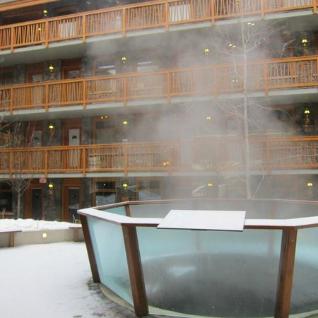Fox Hotel & Suites: Steam coming up from the hot tub in the center...with the floors for the rooms all around...