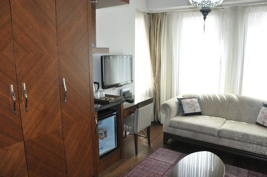 Azade Suites: Living Room Area (Family Suite)