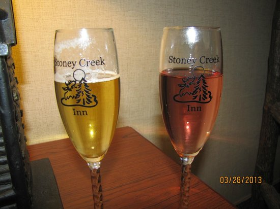 Stoney Creek Inn Galena: Wine flutes that Kathy found for us