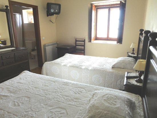 Laje, Portugalia: twin bed room