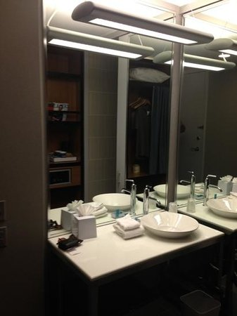 aloft Las Colinas: bathroom