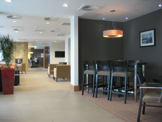 Staybridge Suites London-Stratford City: Reception and Dining Area