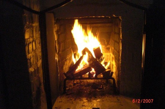 Vagabond&#39;s House Inn: fireplace