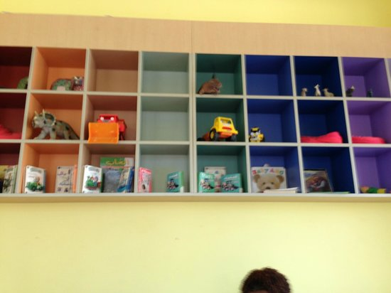 Sir Bani Yas Island, Zjednoczone Emiraty Arabskie: Bare Toy Shelves