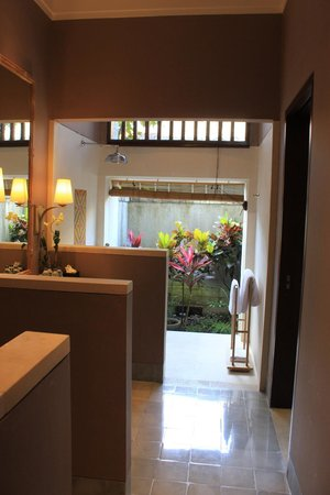 Sudamala Suites & Villas: Bathroom with open air shower