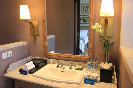 Sudamala Suites & Villas: Sink area with Crabtree & Evelyn toiletries