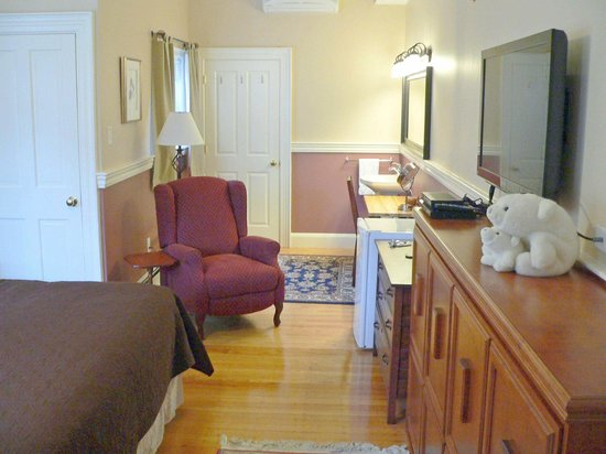 Morrison House Bed & Breakfast: Warren-Sparrow Room. king bed plus twin beds, ensuite bath