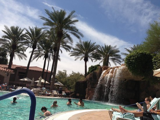 Sheraton Desert Oasis: Pool waterfalls