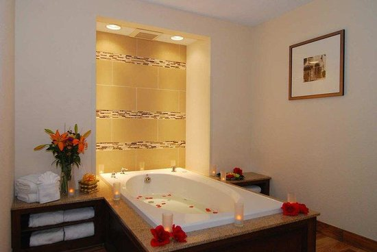Grove City, OH: King Whirlpool Suite