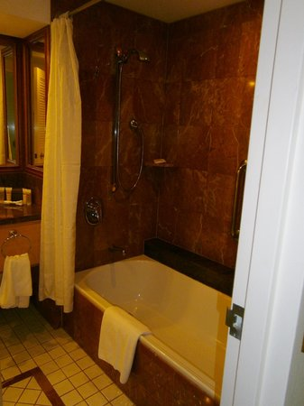 Pullman Cairns International: shower in bathroom