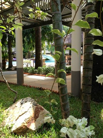 Thara Patong Beach Resort & Spa: Beautiful grounds