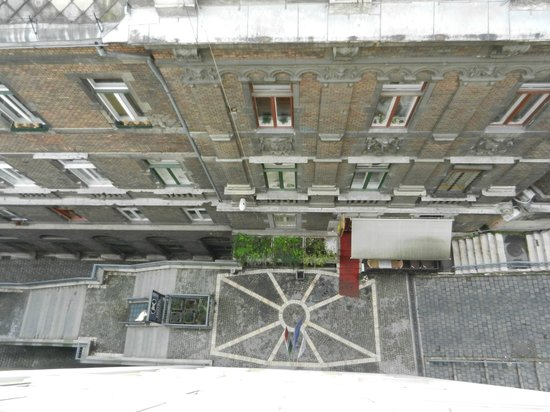 Carlton Hotel Budapest: Looking down from our room on 7th floor