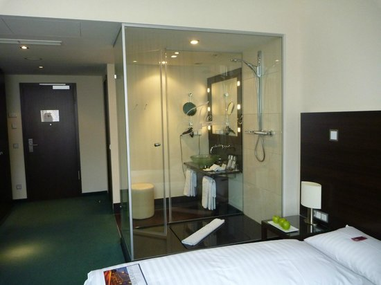 Fleming's Hotel Frankfurt Hamburger Allee: Transparent shower booth