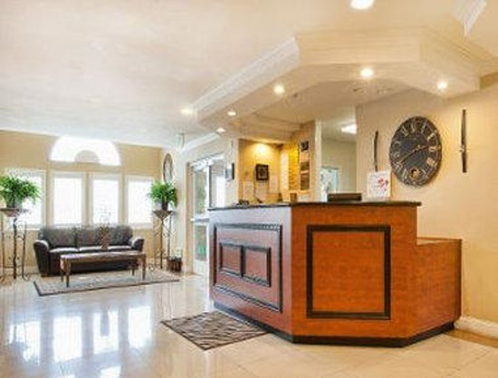 Days Inn and Suites: Front Desk