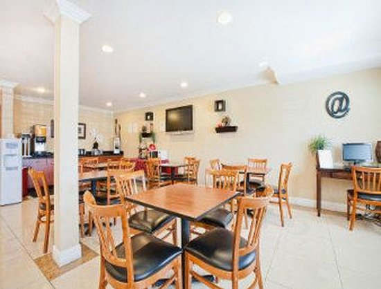 Days Inn and Suites: Breakfast Area