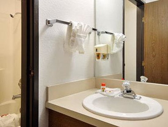 Super 8 Motel: Bathroom