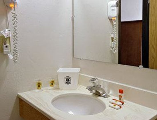 Super 8 Ashland: Bathroom