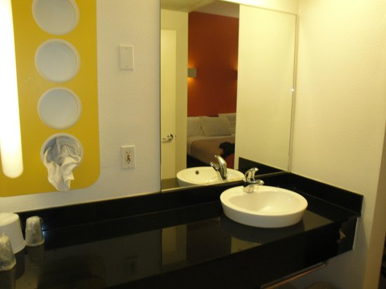 Motel 6 San Diego Downtown: bagno