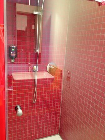 ibis styles Berlin Mitte: Shower
