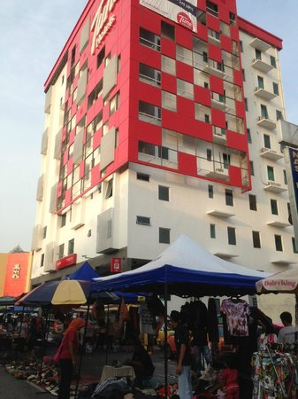 Tune Hotel Ipoh: Tune - distinct Red and White building