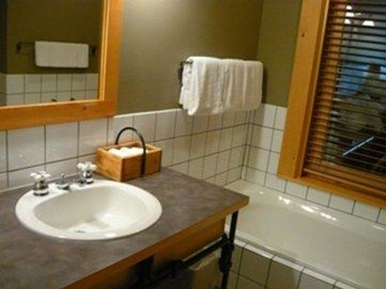 Mazama, WA: Luxury Room Vanity Bathtub