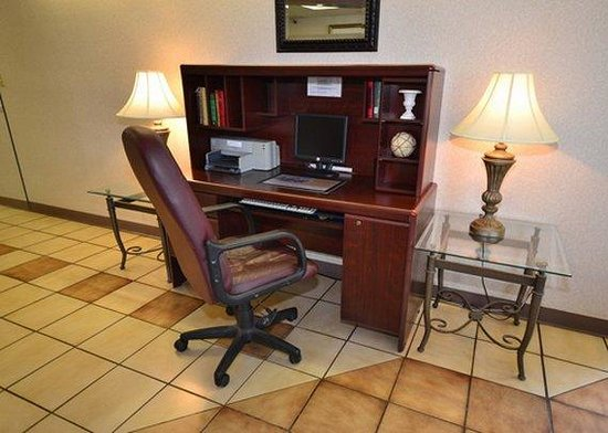 Econo Lodge: computer in lobby