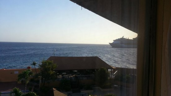Plaza Hotel Curacao: view from room of the cruise ships