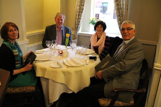 Cowbridge, UK: Wonderful dinner with our friends.