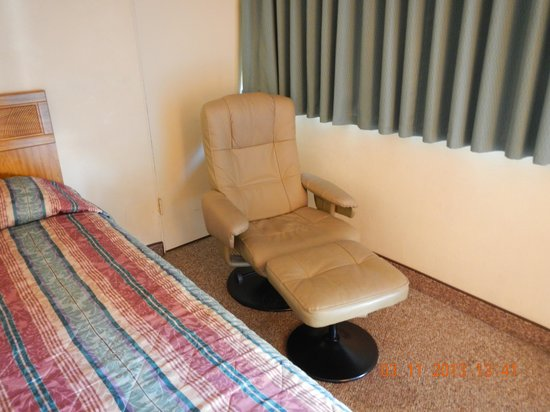 Super 8 Costa Mesa / Newport Beach Area: lounge chair