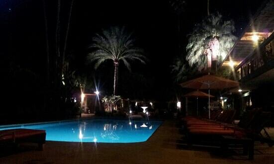 Santiago Resort: evening poolside