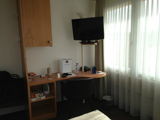 Glattbrugg, Switzerland: TV, Wasserkocher, Minibar