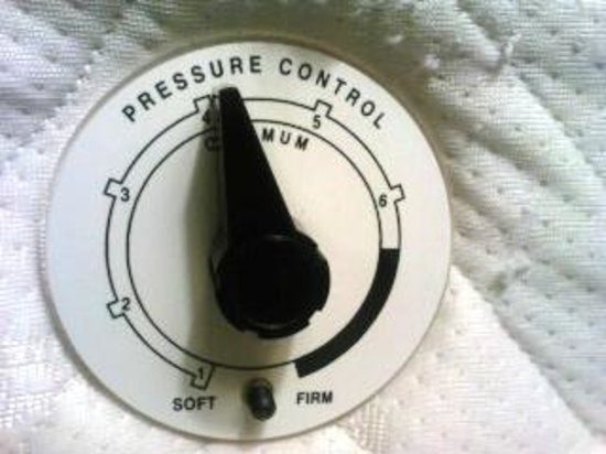 Hilton Garden Inn University Place, Pittsburgh: pressure control on the side of the bed