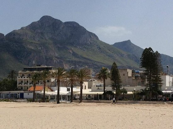 Sun Garden Hotel: View from the beach - San Vito lo Capo