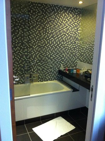 Clayton Hotel: Bathroom