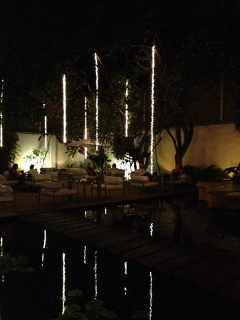 Casa Colombo: Exterior drinks/seating area by night