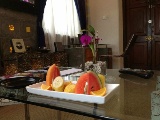 Casa Colombo: Smaller suite interior with delicious fruit platter