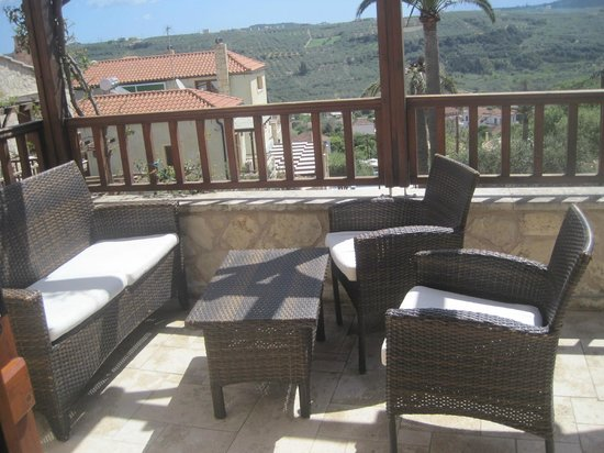 Swimming pool with lying chairs of Villa Irena - Picture of Spiliairena village