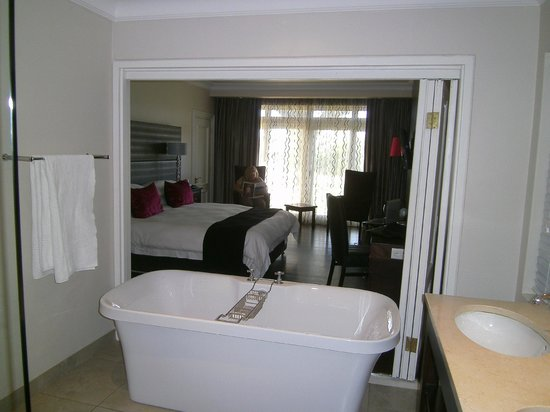 Devon Valley Hotel: standing in the bathroom looking into the bedroom area