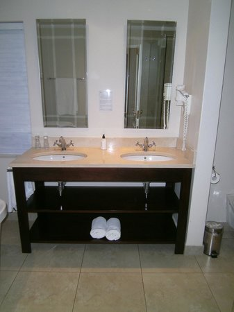 Devon Valley Hotel: his and her vanities