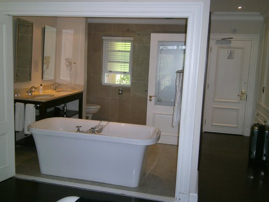 Devon Valley Hotel: accordion doors open between the main room and bathroom