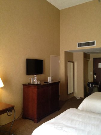 Omni Austin at South Park: Ok room will all the basic furniture.