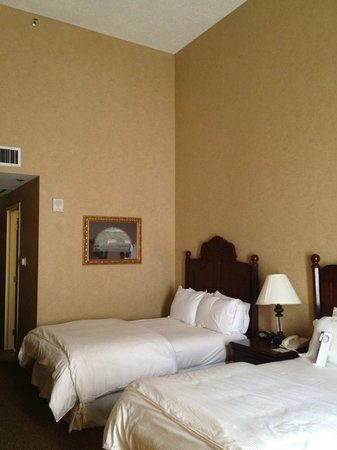 Omni Austin at South Park: Tall ceiling actually made the room looks bare