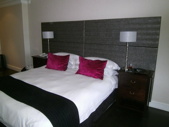 Devon Valley Hotel: love the splash of color on the pillows and floor lamp (visible in another picture)