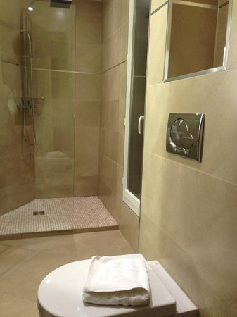 Hotel de l&#39;Empereur: Bathroom