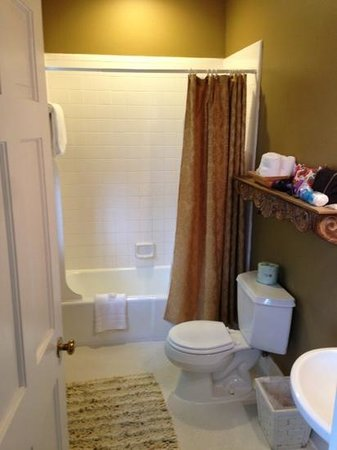 Barksdale House Inn: spacious bathroom
