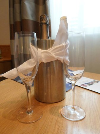 Oakley, UK: Champagne in room upon arrival